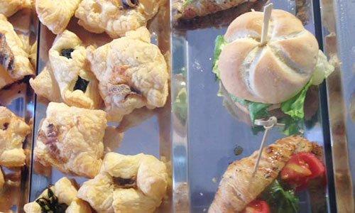 Vista dall'alto di varie panini e salatini realizzati con pasta frolla