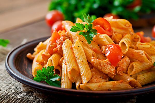 Replace with 129890246 - Piatto di pasta con penne rigate, sugo, parmigiano e basilico