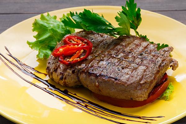 Filetto di carne alla griglia con peperoncino fresco e del prezzemolo