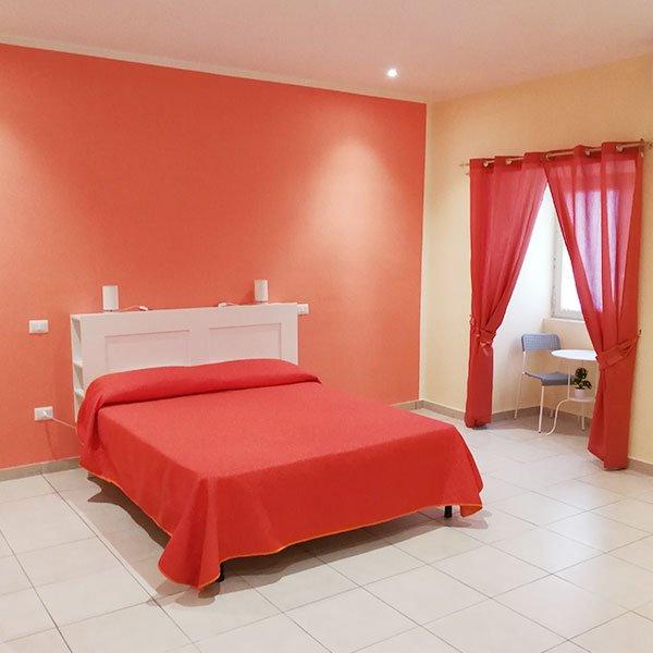 una camera con un letto matrimoniale e un tavolino con due sedie