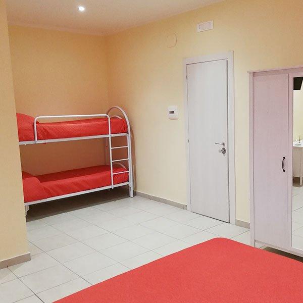 una camera con un letto a castello