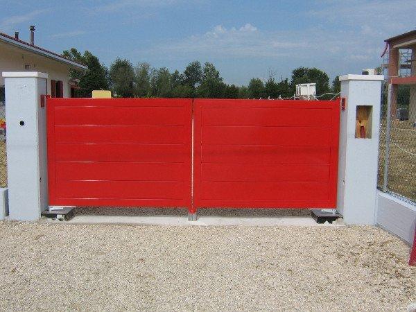 Cancello automatico in metallo smaltato rosso