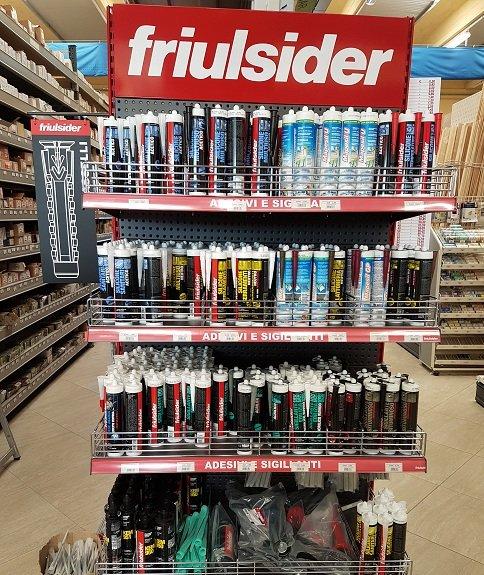 delle mensole con dei prodotti della marca Friulsider