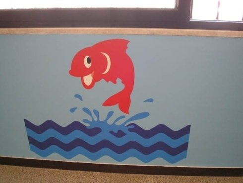 rappresentazione di un pesce rosso che salta in mare