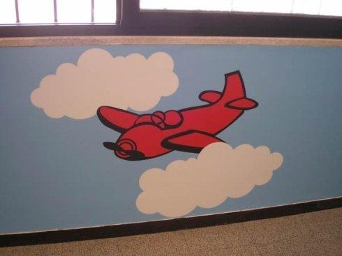 rappresentazione di un aeroplano che vola in mezzo alle nuvole