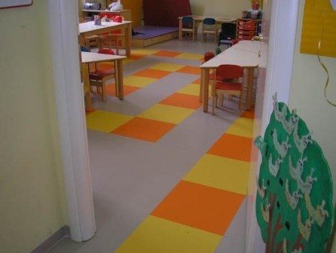 pavimento grigio con quadrati gialli e arancioni