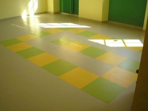 pavimento verde con quadrati verdi e gialli