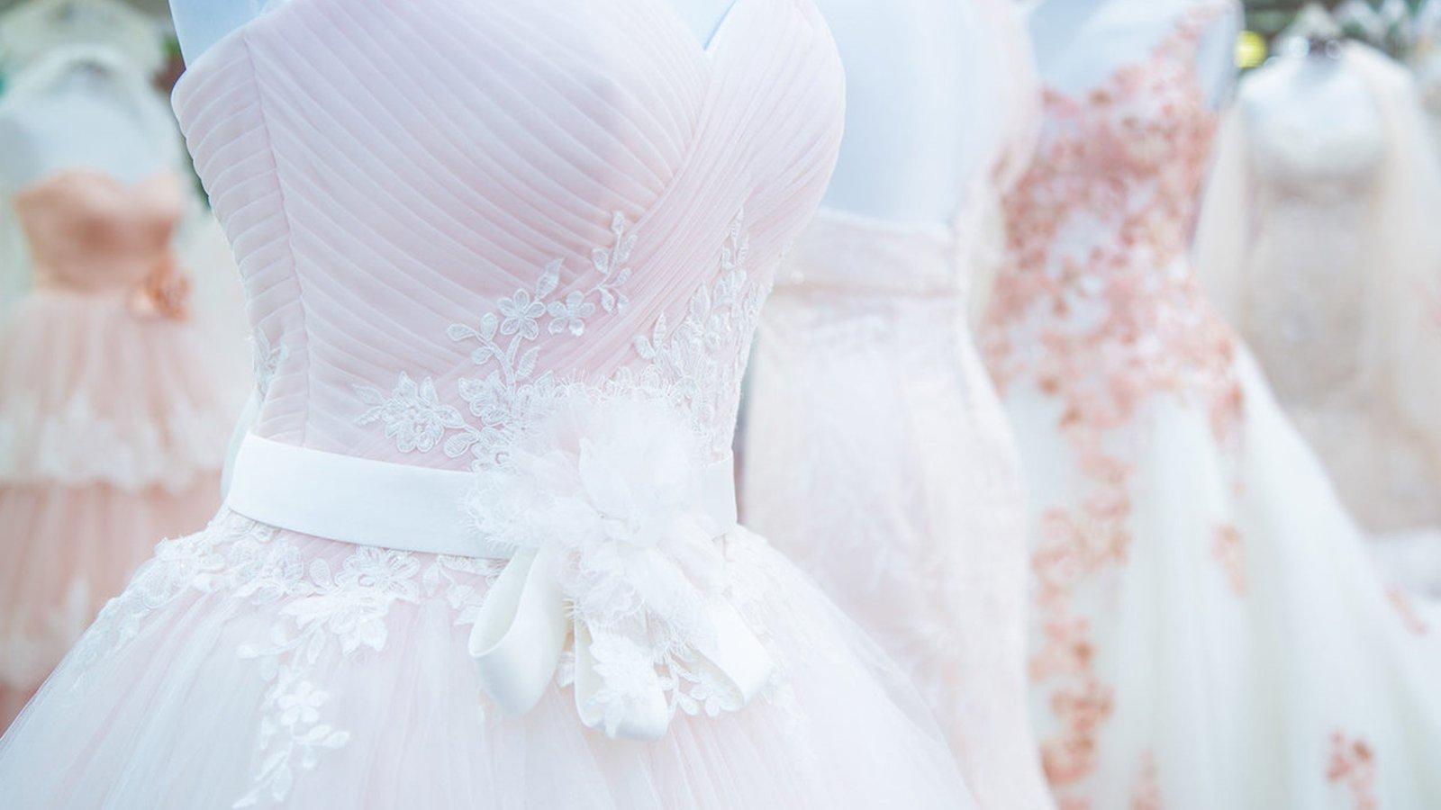 dei manichini con degli abiti da sposa
