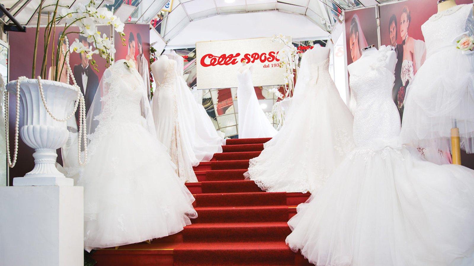 Degli abiti da sposa di color bianco