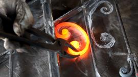 ferro incandescente, ferro forgiato a mano, pinze da fabbro