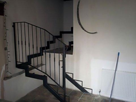 Lo staff di MB Artigianferro si incarica del montaggio di scale da interno per scalinate.
