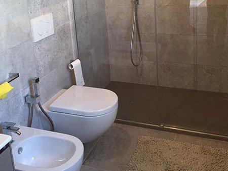 un bidet,un wc e una doccia