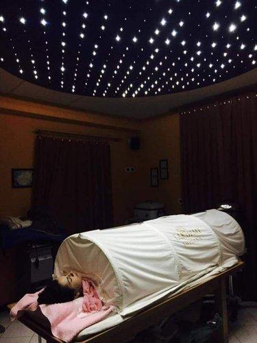 donna sdraiata durante un trattamento estetico