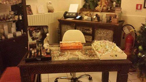 prodotti per il viso e idee regalo appoggiati su un tavolo