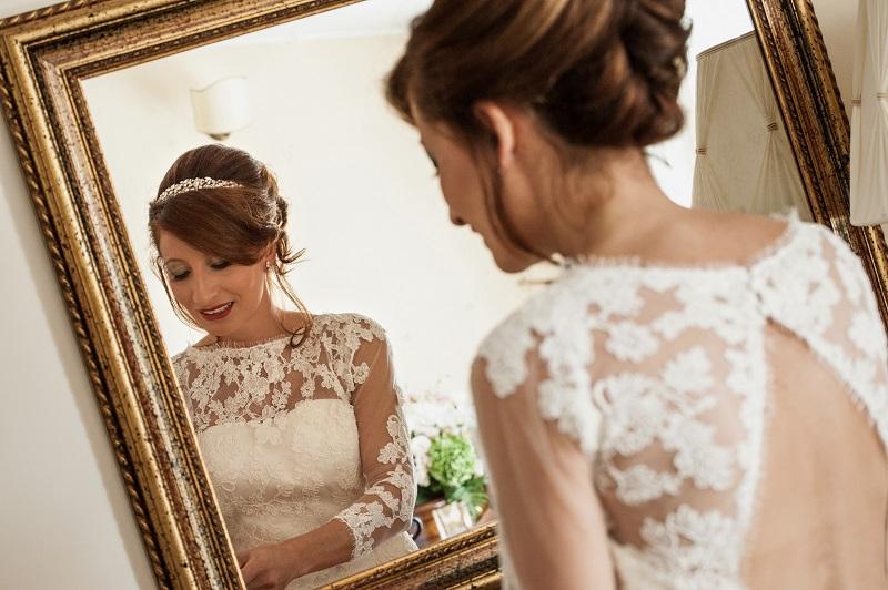 sposa davanti allo specchio
