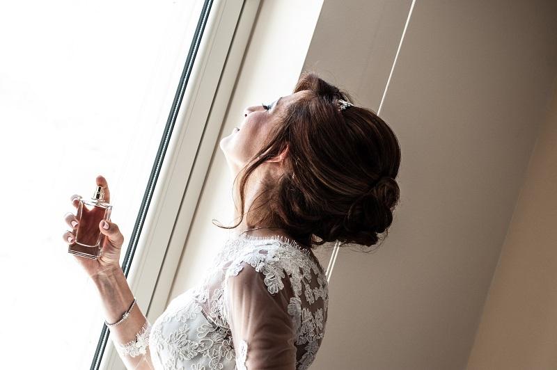 donna che guarda dalla finestra