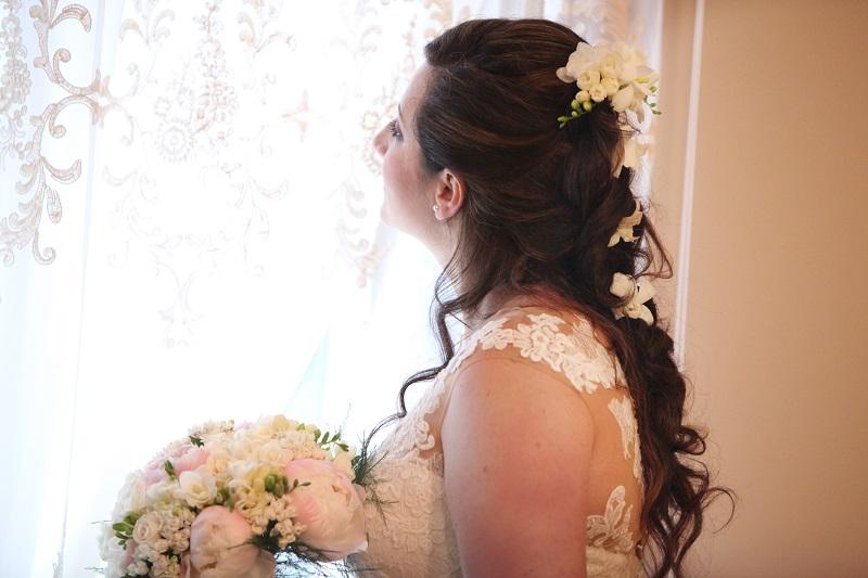 sposa con mazzo di fiori bianchi