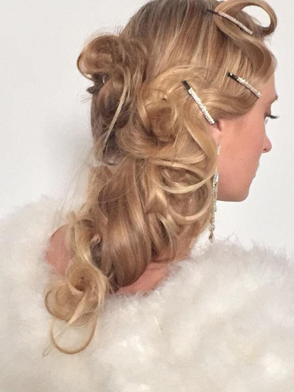 sposa con capelli biondi e ricci