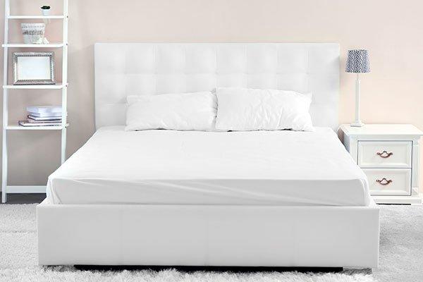 letto confortevole in camera da letto moderna