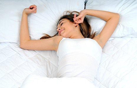 ragazza distesa su letto