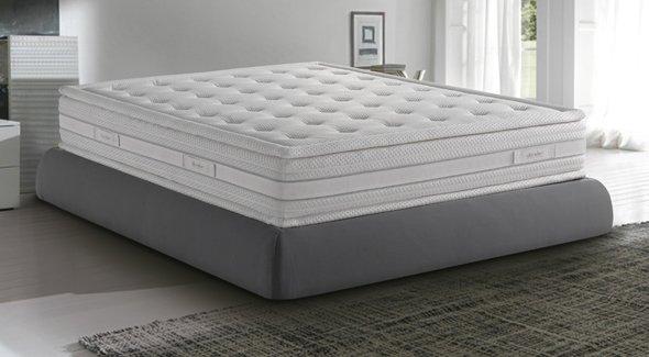 divano in pelle grigio con cuscini