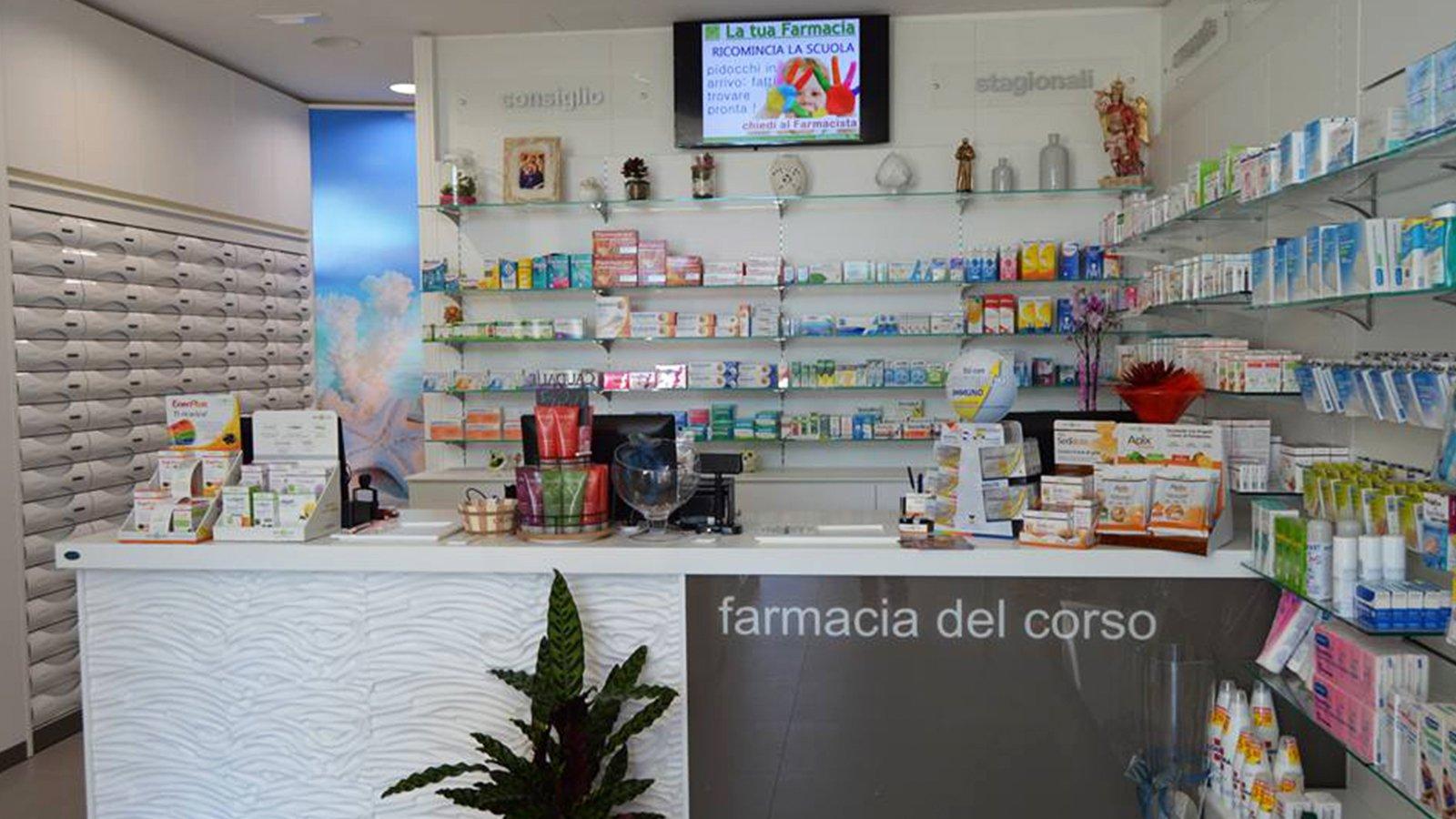 interno della farmacia con vista del bancone, monitor e prodotti in esposizione