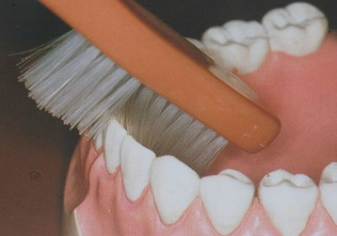 consigli per usare spazolino, igiene accura dei denti, regole per eliminare placca