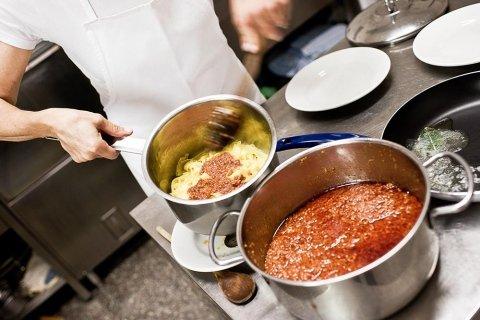 preparazione piatti ristorante bolognese