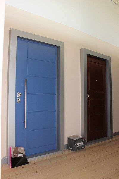 una porta in legno blu e una marrone