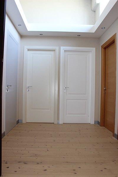 due porte in legno di color bianco