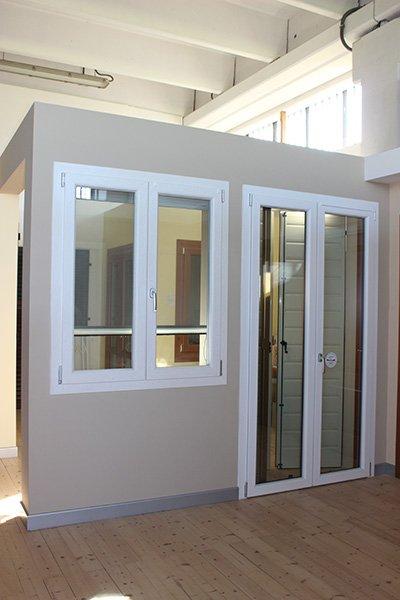 due finestre, una piccola e una grande con finiture in pvc bianco