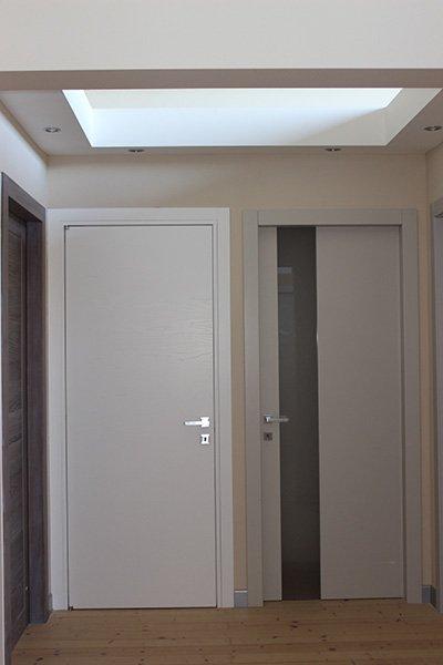 due porte bianche in legno