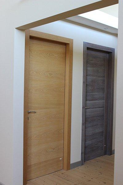 una porta in legno marrone e una in legno scuro