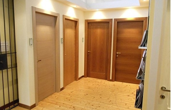 una porta in legno beige e tre di color marrone