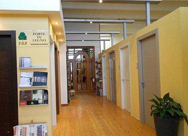 delle porte di diversi tipi in legno in un salone di esposizione