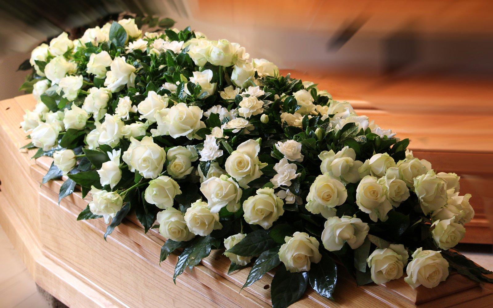 una corona di rose bianche su una bara