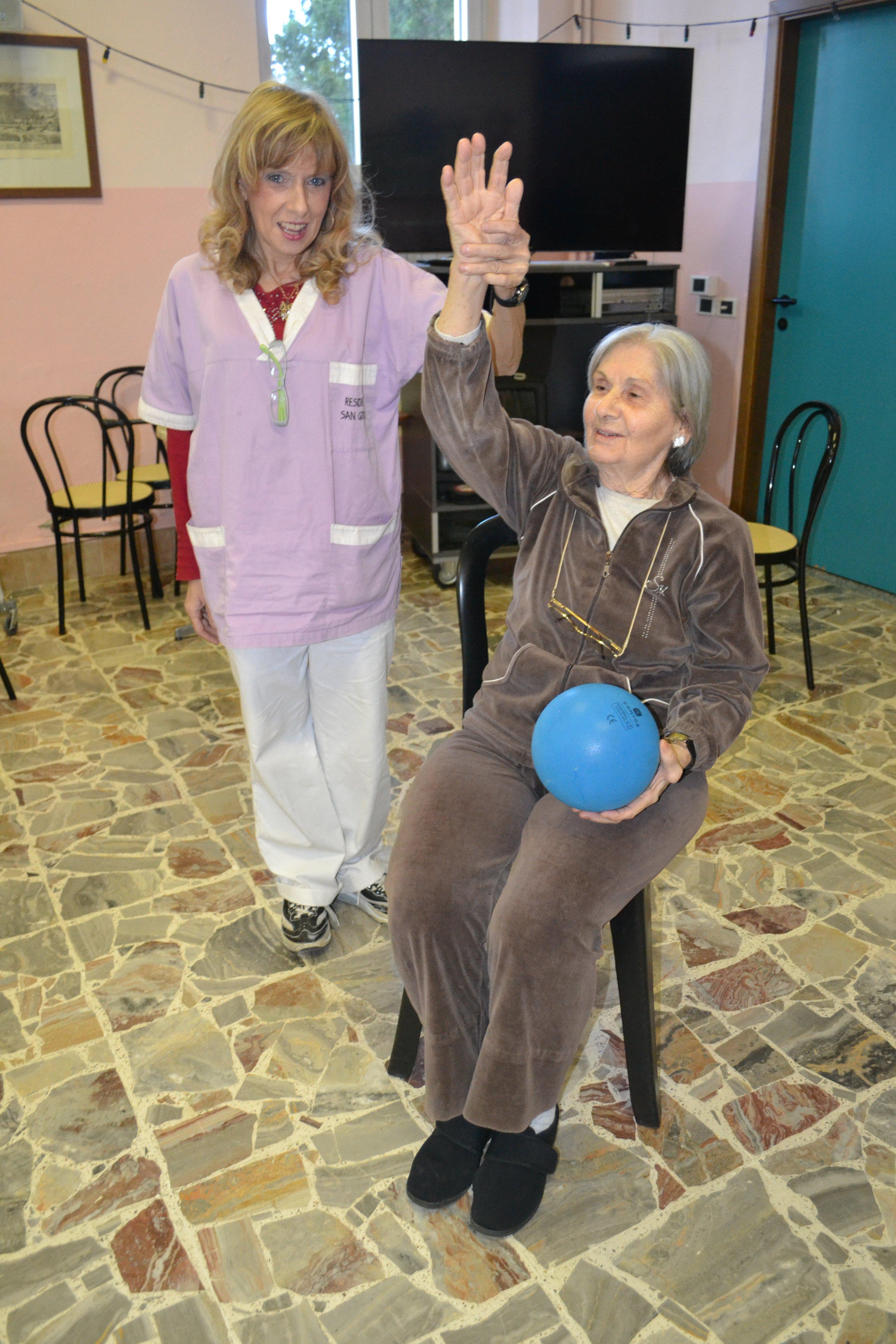 donna anziana che gioca con un palloncino