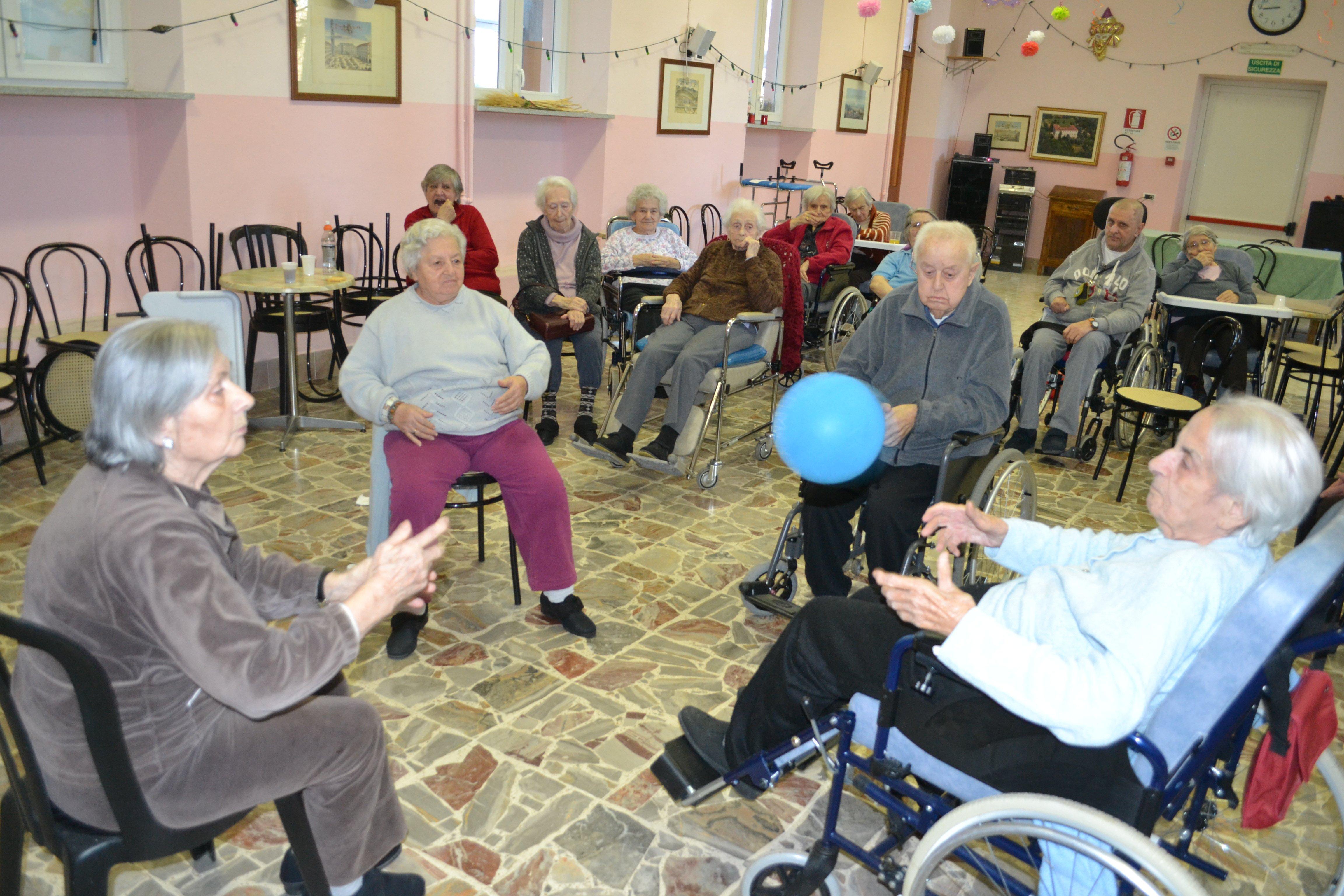 gruppo di persone anziane che giocano