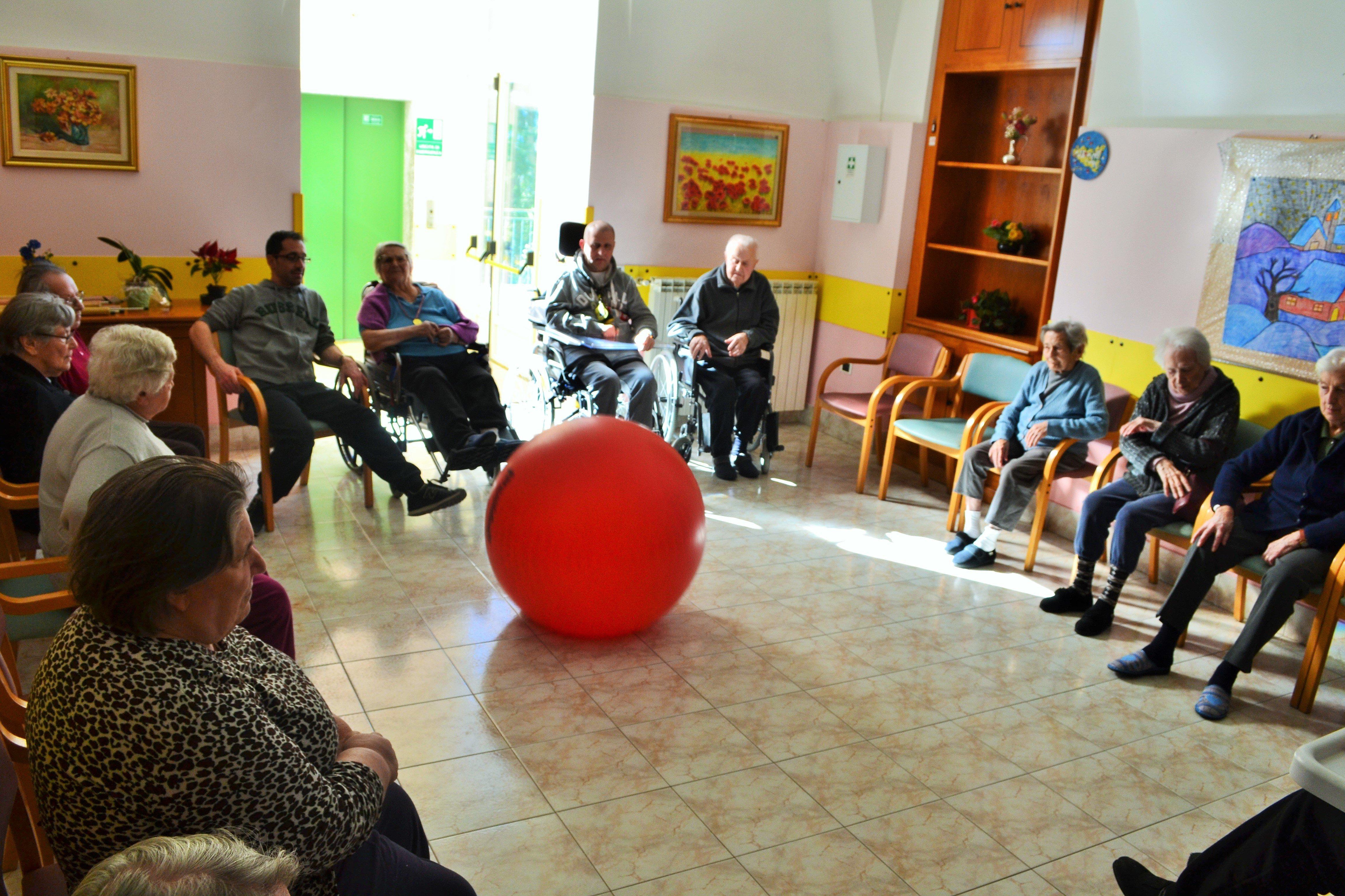 ginnastica di gruppo con palla rossa