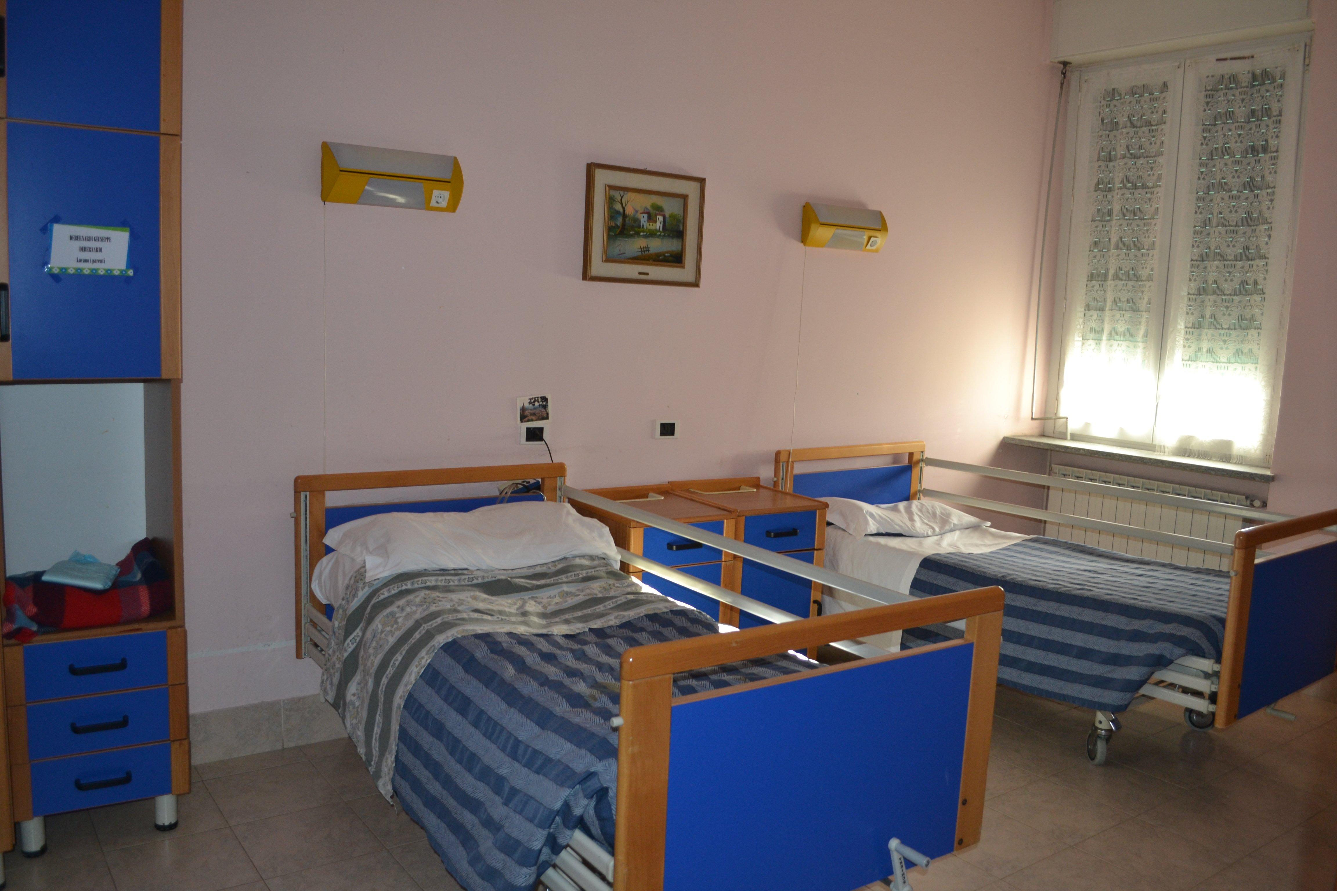 camera con letto e armadio blu