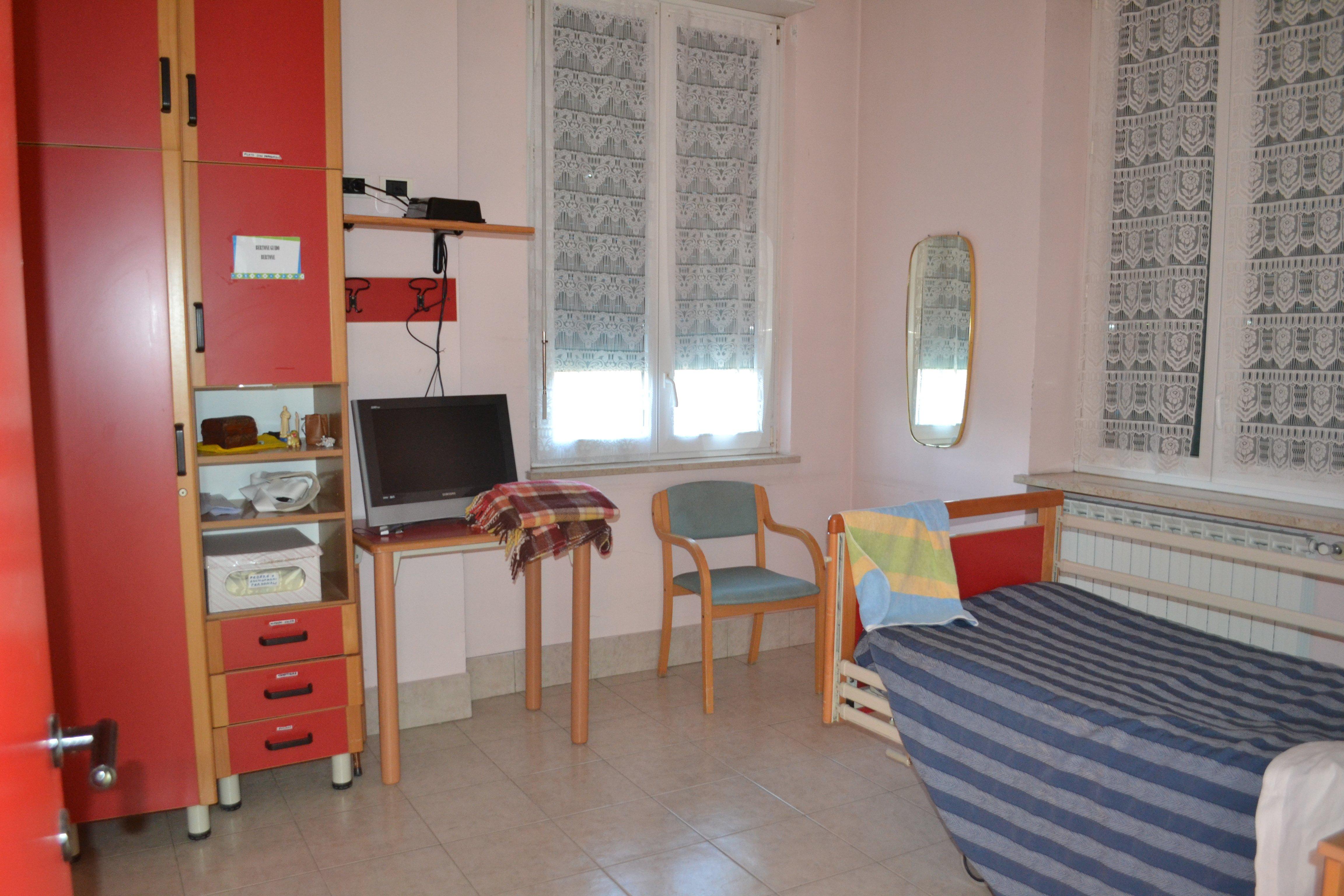 camera con letto, scrivania e computer