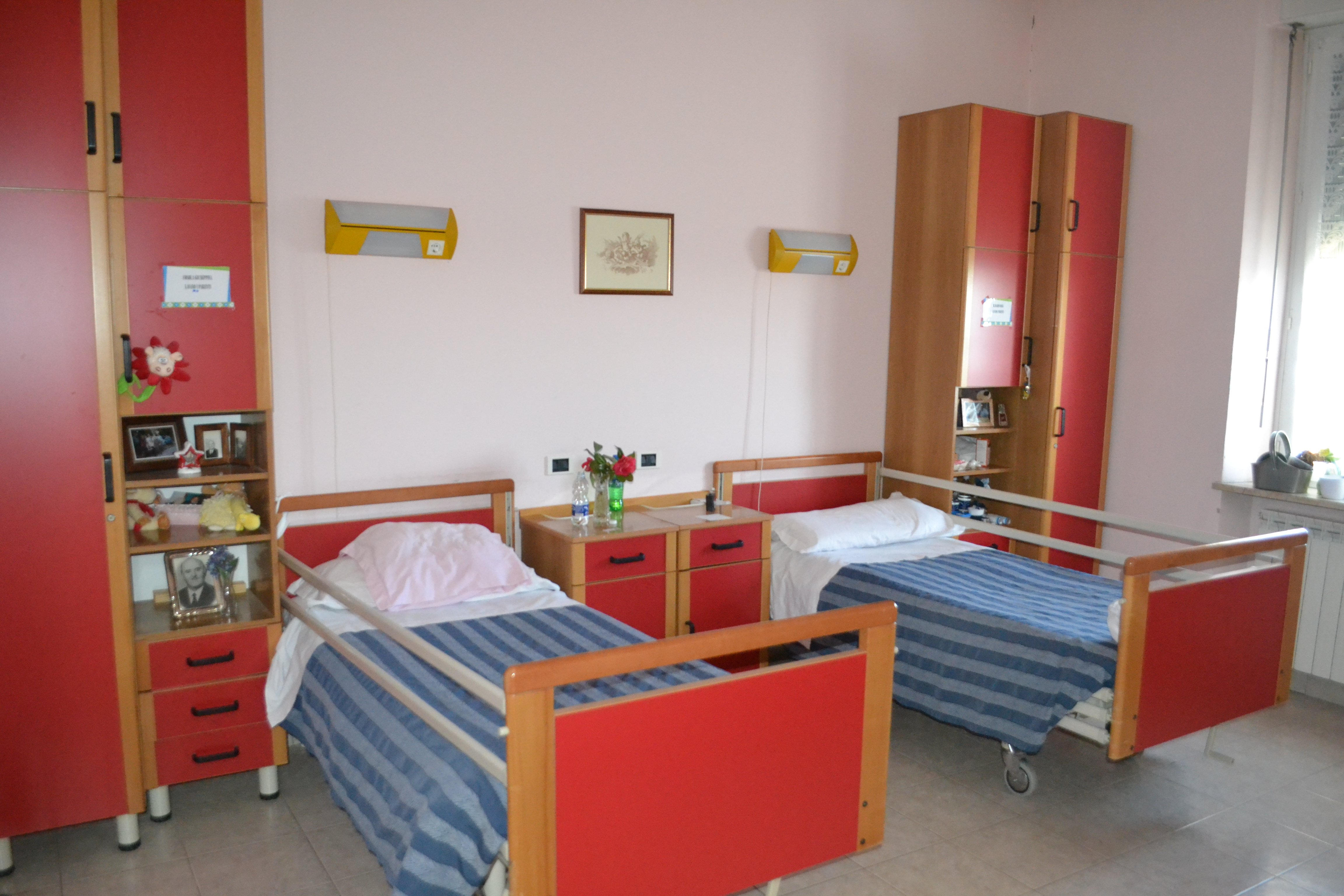 camera con due letti rossi