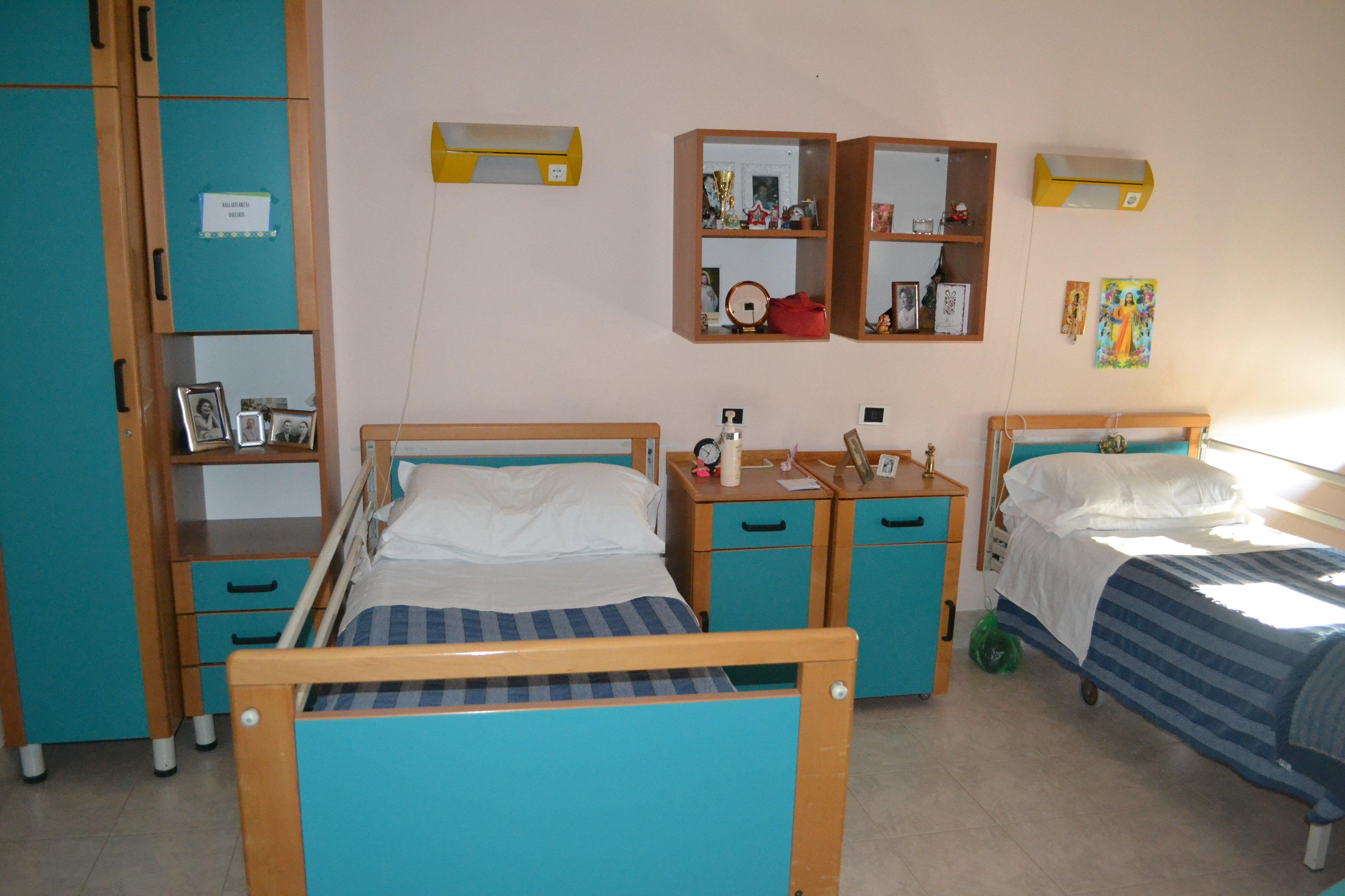 camera con letti e comodini azzurri