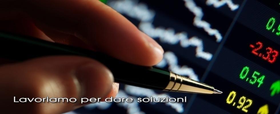 consulente finanziario controlla azioni