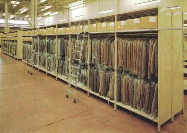 Scaffalatura ad incastro per magazzino abbigliamento