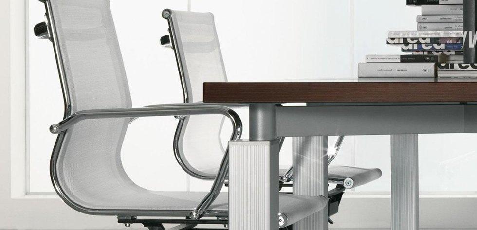 scrivania e due sedie per ufficio dirigenziale_linea cubo