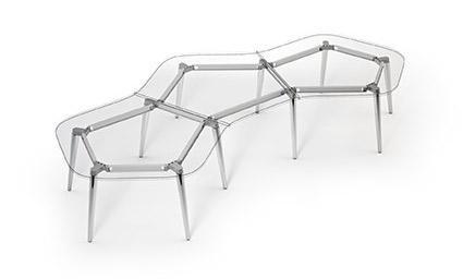 scrivania con forme astratte
