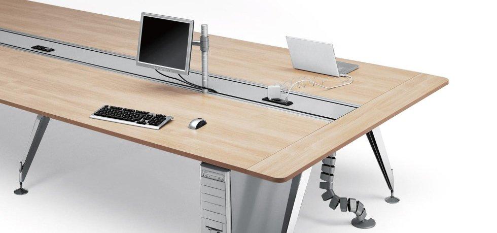 vista di una scrivania con cavi incorporati