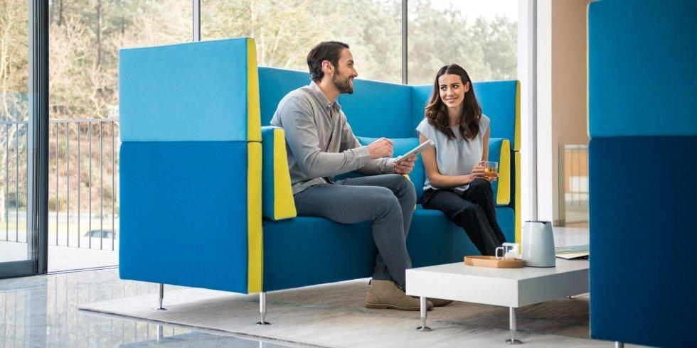 due persone chiaccherano davanti a un tavolo lounge