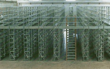 Scaffalature con piani ad incastro complete di piano superiore di calpestio